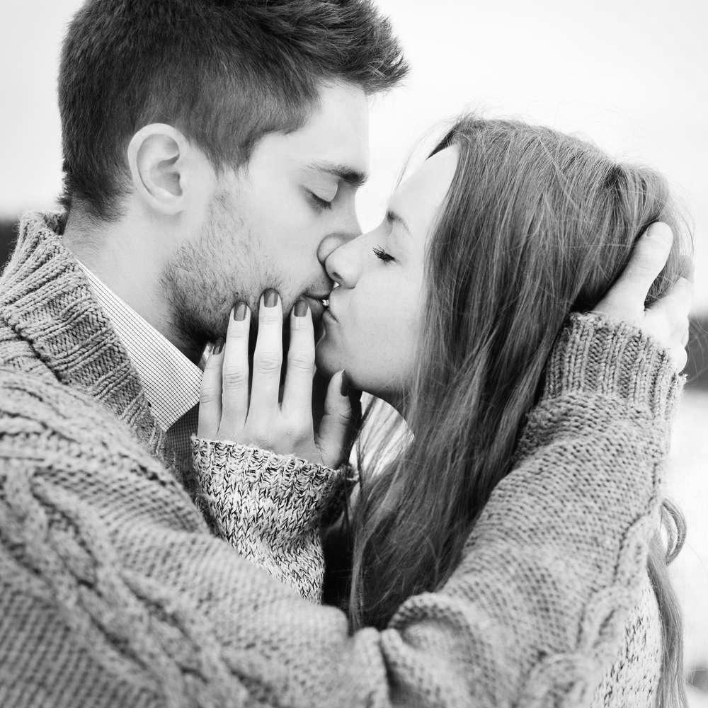 Девушка и мужчина чёрно белое фото