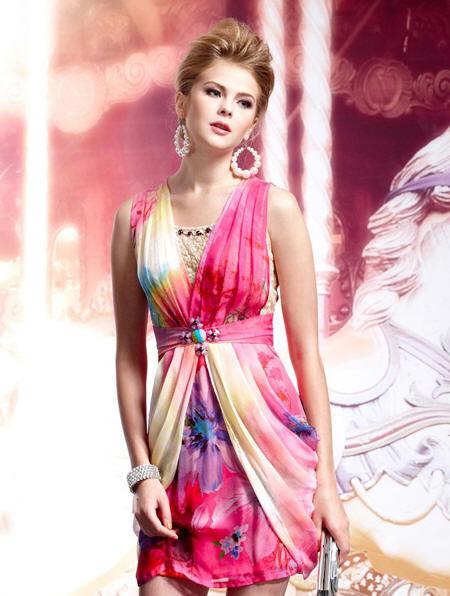 5d149690caf5a54 Блондинка в маленьком белом летнем платье с оригинальным поясом в виде трёх  рядов колец, скреплённых между собой.